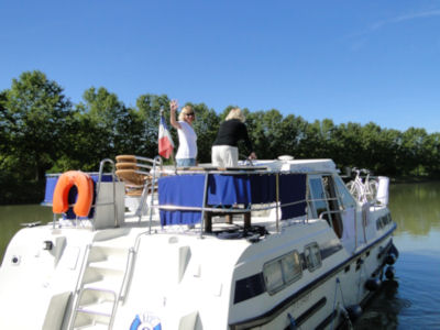 Jill skippering the boat leaving Decize